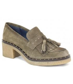 Zapato mocasín con tachas y borlas