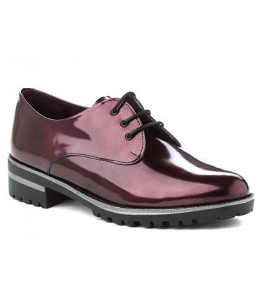 Zapato de charol burdeos