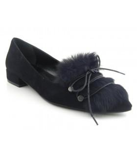 Zapato negro con pelo en la pala