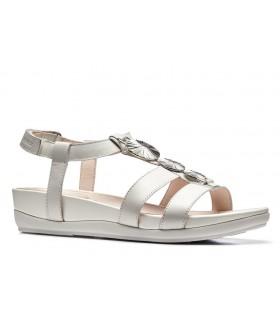 Sandalia blanca con adornos metálicos