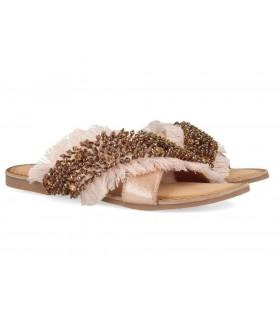 Sandalia plana con abalorios