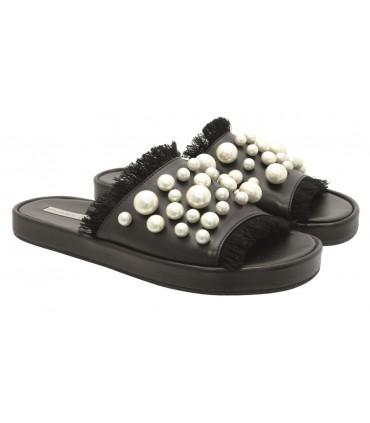 Sandalia plana con perlas
