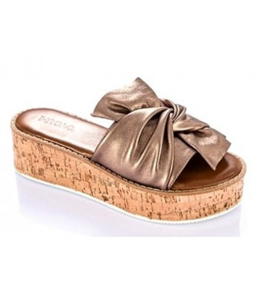 Sandalia con plataforma color bronce
