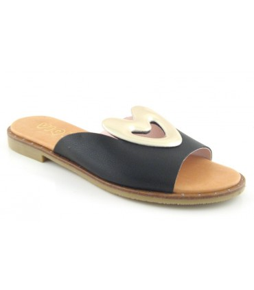 Sandalia plana con adorno corazón