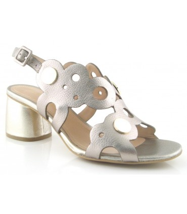 Sandalia metalizada con tachas