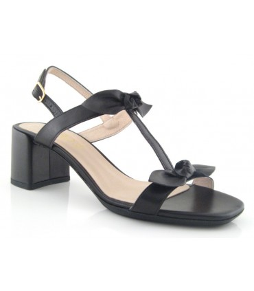Sandalia con dos lazos color negro