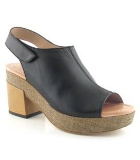 Sandalia negra de tacón con abertura