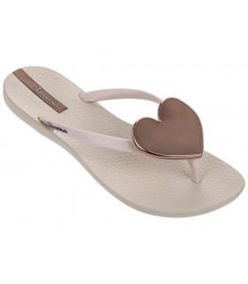 Sandalia con corazón en color beige