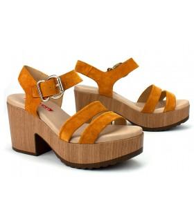 Sandalias de tacón alto en color mostaza