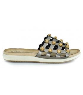 Sandalia con bolas doradas en color marrón