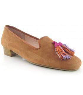 Zapato mocasín para mujer con borlas de colores en color coñac