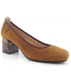 Zapato corte salón en color coñac con adorno en serpiente