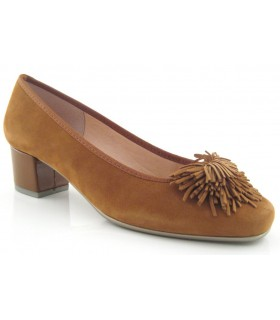Zapato corte salón con adorno en la pala en color coñac