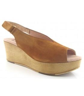 Sandalia con cuña color cuero