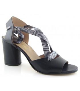 Sandalias de tacón alto para atar en el tobillo en color negro