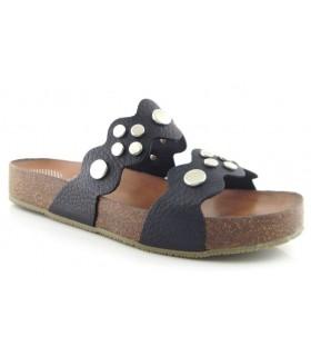 Sandalia plana con tachas en color negro