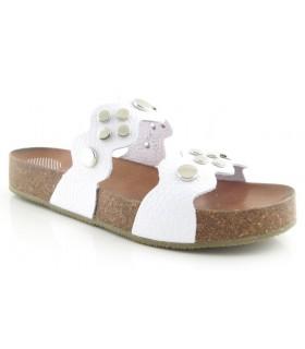 Sandalia plana con tachas en color blanco
