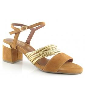 Sandalia con adorno metalizado color cuero
