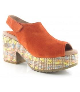 Sandalia de cuña alta con rafia de colores