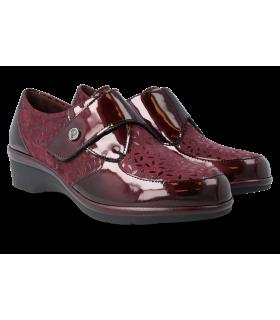 Zapatos en color burdeos con cierre de velcro