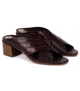 Sandalia cruzada en coco marrón