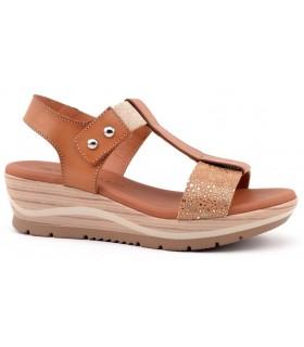 Sandalia de cuña color arena