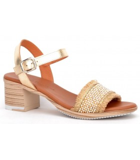 Sandalia en color dorado con tacón