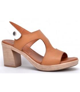 Sandalia de tacón en color tostado