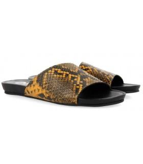 Sandalia en serpiente mostaza
