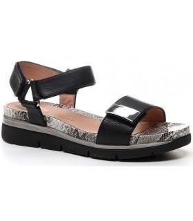 Sandalia con velcro de color negro