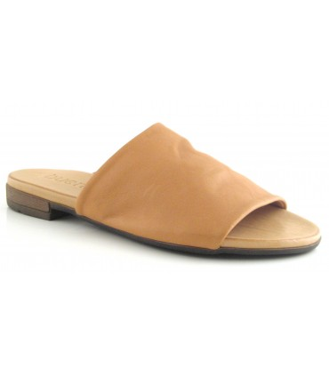 Sandalia de piel de color camel
