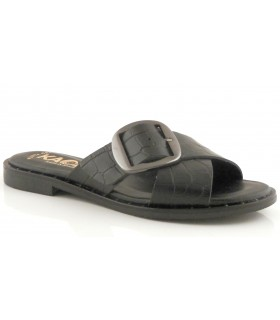 Sandalia con hebilla de color negro