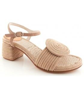 Sandalia con tacón de color tierra
