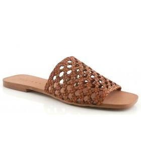 Sandalia de piel trenzada de color cuero