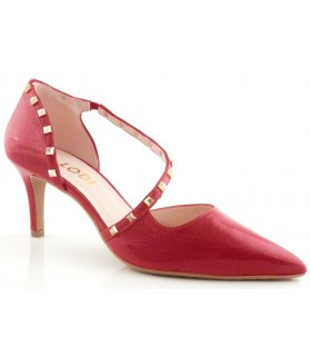 Zapatos de color rojo con tachas