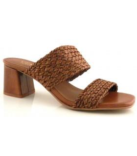 Sandalia trenzada de color cuero