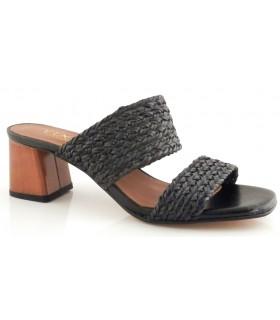 Sandalia de color negro con el corte trenzado