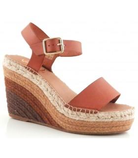 Sandalia de color cuero con cuña