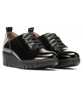 Zapato con elásticos en charol negro