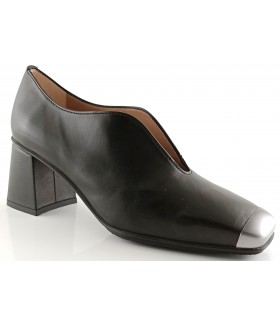Zapato abotinado en piel negra
