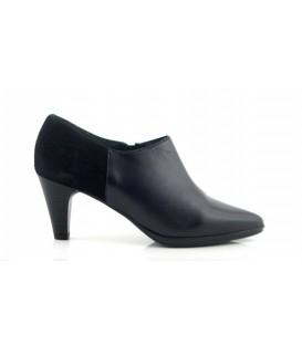 Zapato abotinado con tacón negro
