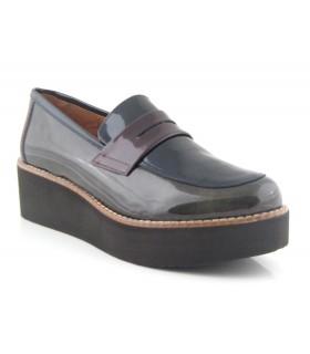 Zapato mocasín en charol burdeos