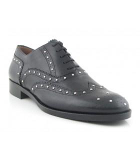 Zapato negro con tachas