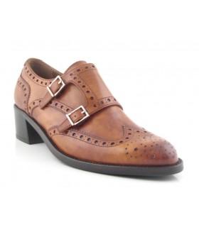 Zapatos con dos hebillas picado María