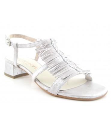 Sandalia color plata con flecos